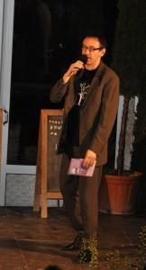 Moderator Jörg Schur in seinem Element - beim Verunsichern von Spielern und Publikum.